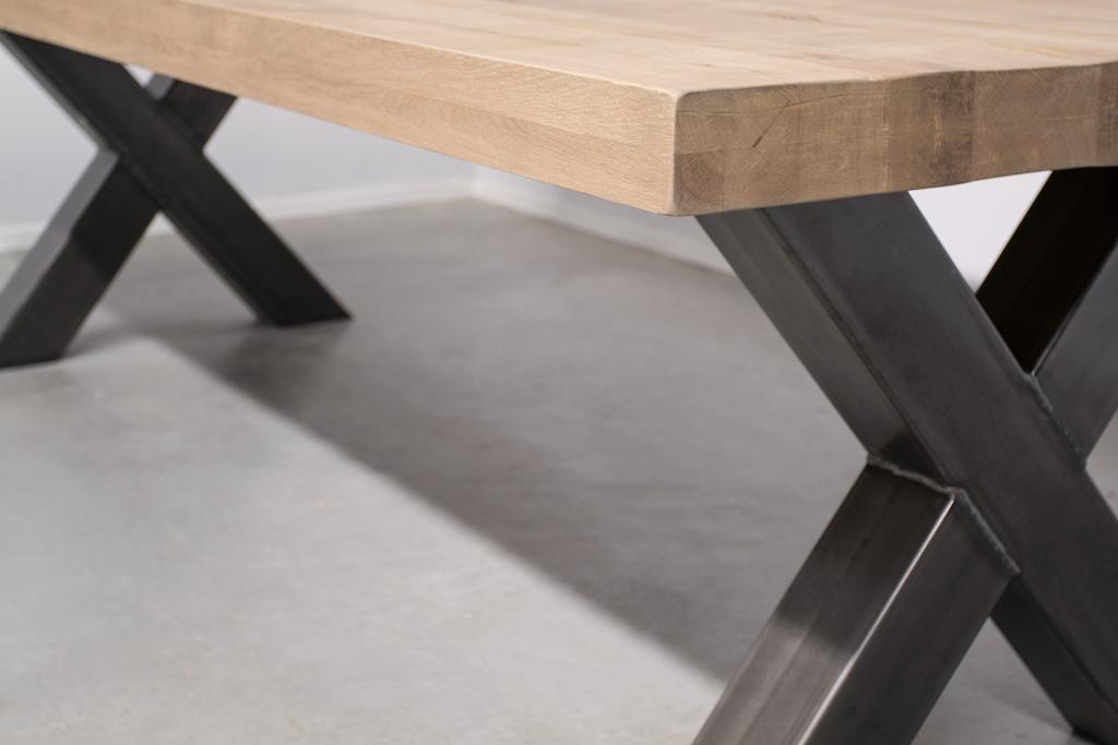 Industriële tafel met metalen X-poot - Robuust eiken