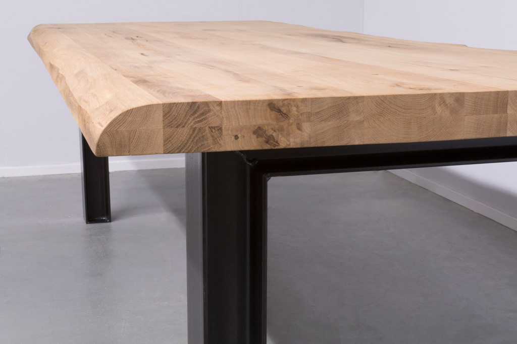 Industriële tafel met metalen N-Poot met profiel - Boomstam Eiken