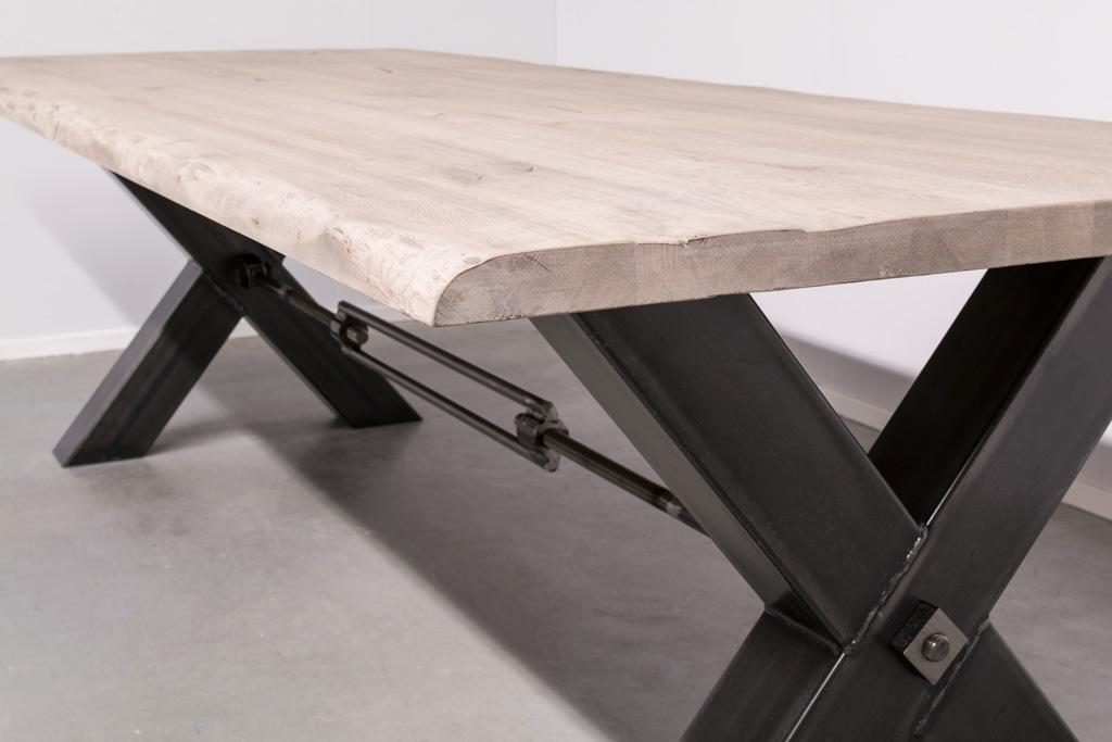 Industriële tafel met metalen X-poot met trekstang - Boomstam Eiken