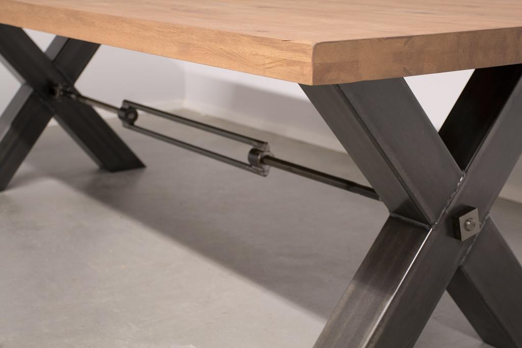 Industriële tafel met metalen X-poot met trekstang - Robuust Eiken