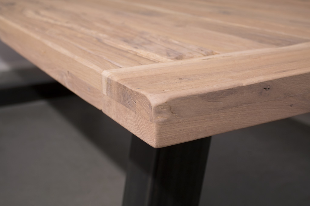 Industriële tafel met schuine U-poot - Oud Eiken