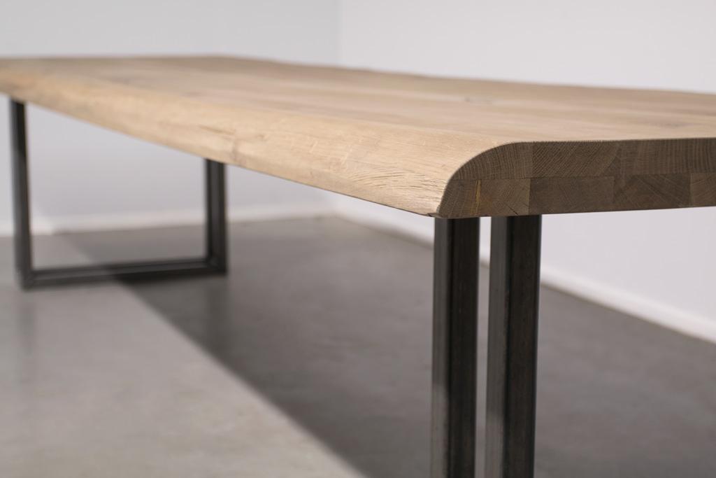 Industriële tafel met metalen U-poot open - Boomstam Eiken